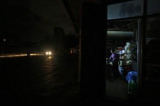 Una tienda iluminada con led a principios de junio, durante Ramadán.