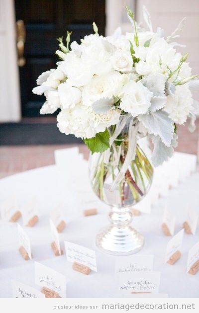 Vase en verre et bouquet de petites fleres blanches d coration mariage id es pour d corer un Centre table mariage plage idees
