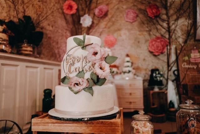 wedding cake, pâte à sucre, wedding cake blanc, gâteau mariés simple, gâteau mariage blanc, pâtisserie béziers, cooking cakes montady, gâteau de mariage