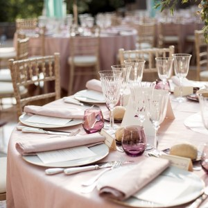 lieu de réception mariage, tables rondes, nappe rose, décoration mariage, chaises napoléon dorées