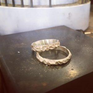 alliances mariage, création alliances, création artisanale bijoux mariage, alliances martelées, Mahte bijoux à Montpellier