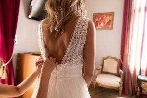 Préparation de la mariée, chambre hôtel chic, mariage, robe de mariée bohème chic, mariage romantique