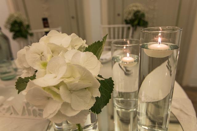 bougies flottantes dans vases cylindriques pour décoration mariage écologique