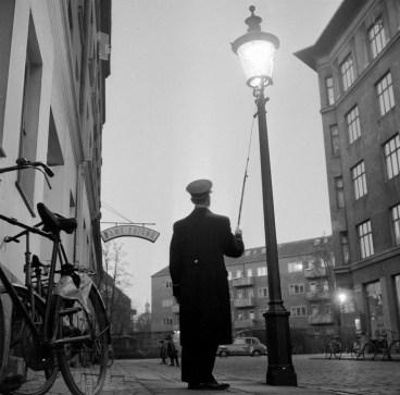 Lamp lighter in Copenhagen Foto: Willy Lund/Scanpix.