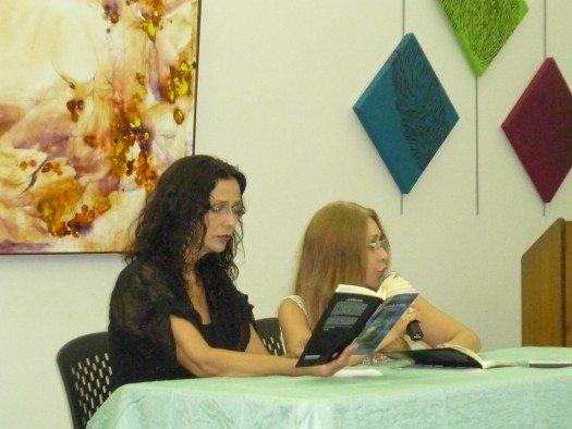 Ana Istarú no sólo presentó el libro sino que declamó varias poesías con un gran sentimiento.