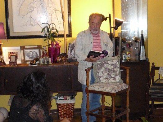 Ana escucha atentamente la declamación del poeta Hjalmar Flax