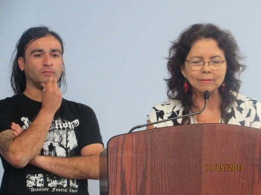 La poeta colombiana Judith Rodriguez Castro agradece al estudiante que tradujo su poema al inglés.