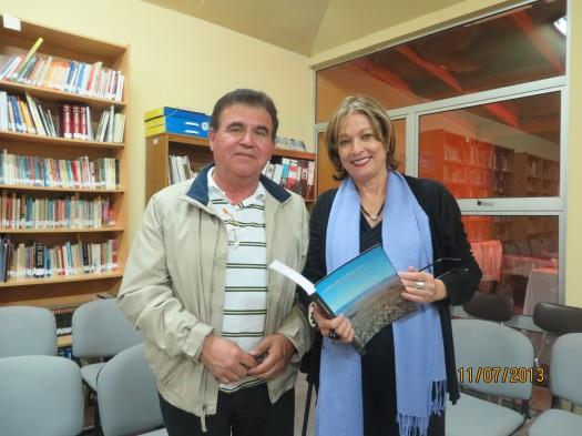 """El escritor Pedro Meléndez Páez obseguia a María Juliana el libro """"Figuras Señeras de Atacama""""."""