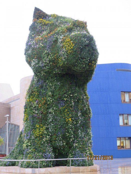 El Pupi, una escultura en forma de perro cubierta de flores, que en un principio era solamente estacional, y que gracias a la demanda popular se convirtió en símbolo del museo y de la urbe bilbaína. Ubicado a la entrada de la afamada pinacoteca, es realmente una de las piezas más hermosas del mobiliario urbano de la capital.