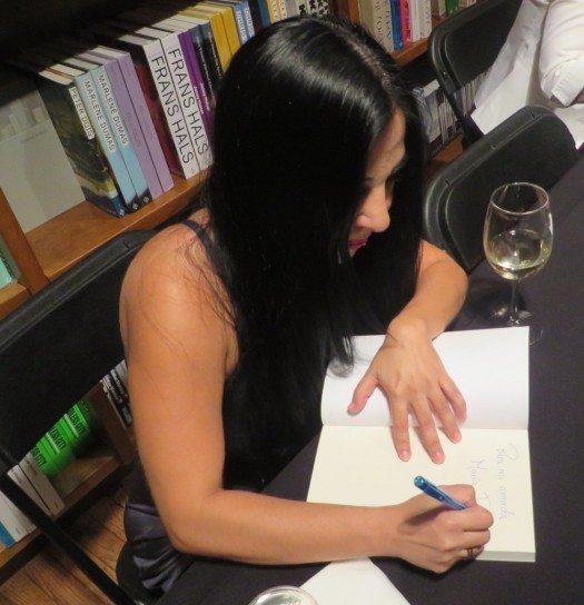 Giovanna Rivero obsequia autógrafos a los presentes.