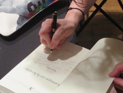 La escritora Lena Yau deja su firma para los presentes.