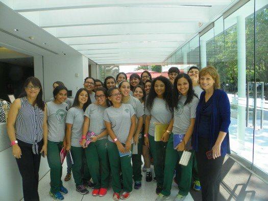 Los estudiantes del Liceo Ponceño con María Juliana Villafañe a la llegada al Museo de Arte de Ponce.