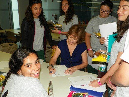 María Juliana Villafañe junto a estudiantes del Liceo Ponceño. Foto de Eda Rodríguez.