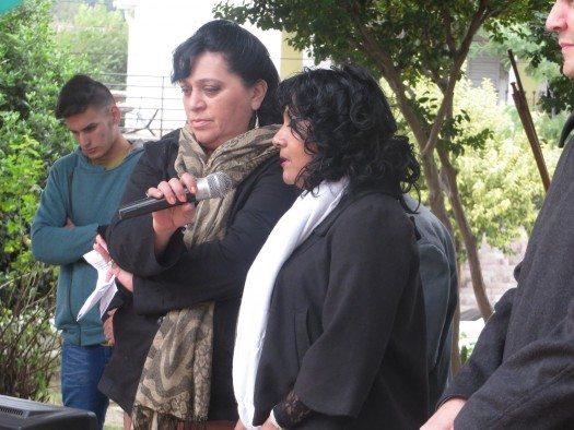 La poeta y cantante Delicia Valdez dedicó una canción a los presentes.