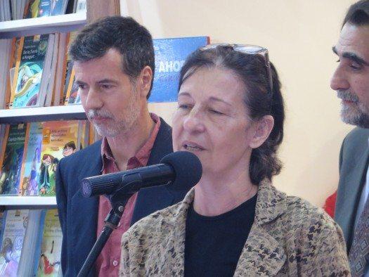 Hernán Galdames escucha atentamente a Liliana Bodoc.