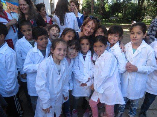 María Juliana y un grupo de estudiantes
