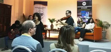 La poeta-cantante Alessandra Monterrey Santiago