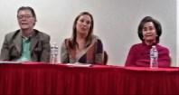 El escritor Enrique Jaramillo Levi, y la escritora Beatriz Valdés con la autora de la novela El color de las buganvillas