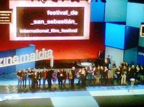 Los premiados del Festival suben al escenario para la foto de familia