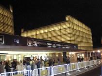 El Kursaal de noche seguía con mucho movimiento