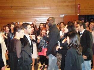 """El equipo de """"Intocables"""" (Francia) de Olivier Nakache y el actor Omar Sy, saludan mientras recorren el pasillo, aplausos y ovaciones tras la proyección"""