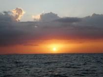 La puesta de sol en alta mar