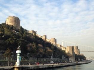 La fortaleza de la ciudad junto al puente