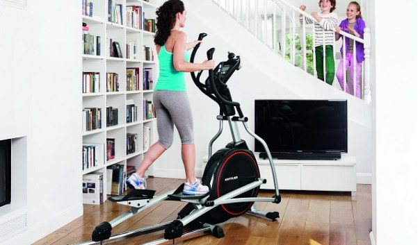 tanara mamica foloseste bicicleta eliptica pentru a fi in forma.jpg