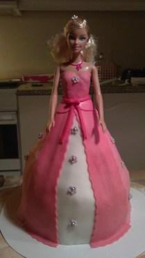 Alle billeder her https://mariamiss6.wordpress.com/kagerne/barbie-prinsessekage/