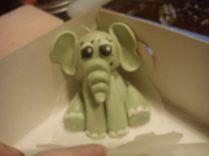 Siddende elefant til dåbskage.