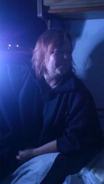 Kate lyser i campingvognen