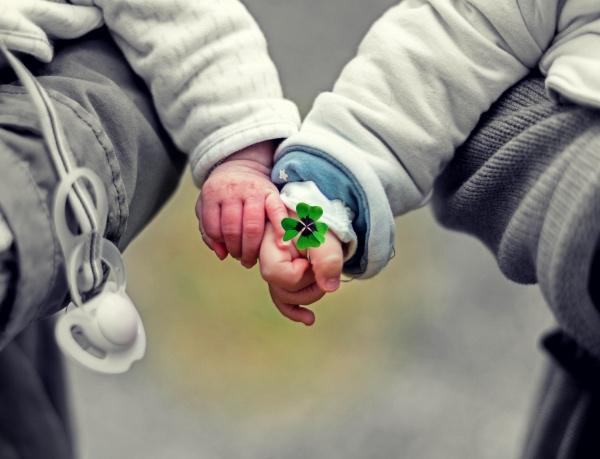 mãos de bebês se tocam