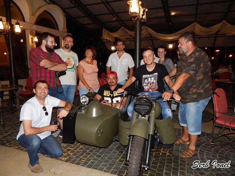 Poză de grup cu motocicleta, furată de la Serb Ionel