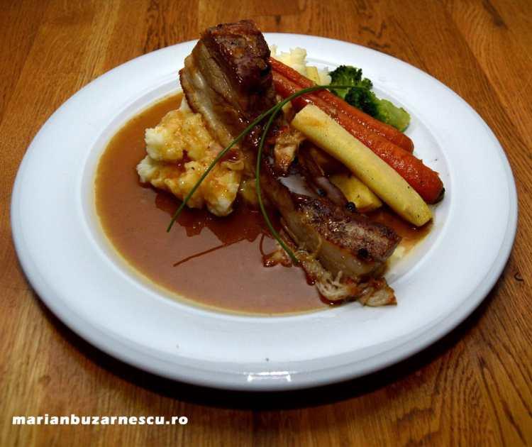 Pork bely cu piure, legume și sos brun