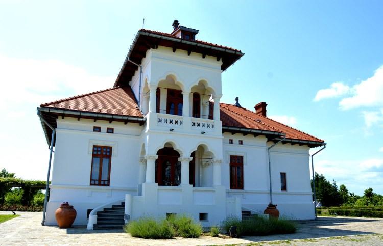 Vila Dobrușa - Tradiția este importantă, pentru restaurarea ei s-au cheltuit mult mai mulți bani decât s-ar fi cheltuit pentru construirea unei noi vile