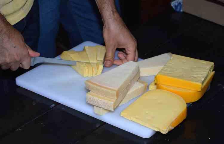 Pregătirea platourilor cu brânzeturi Delaco