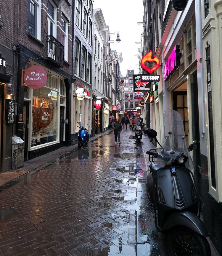 Magzine pe alei prin Amsterdam