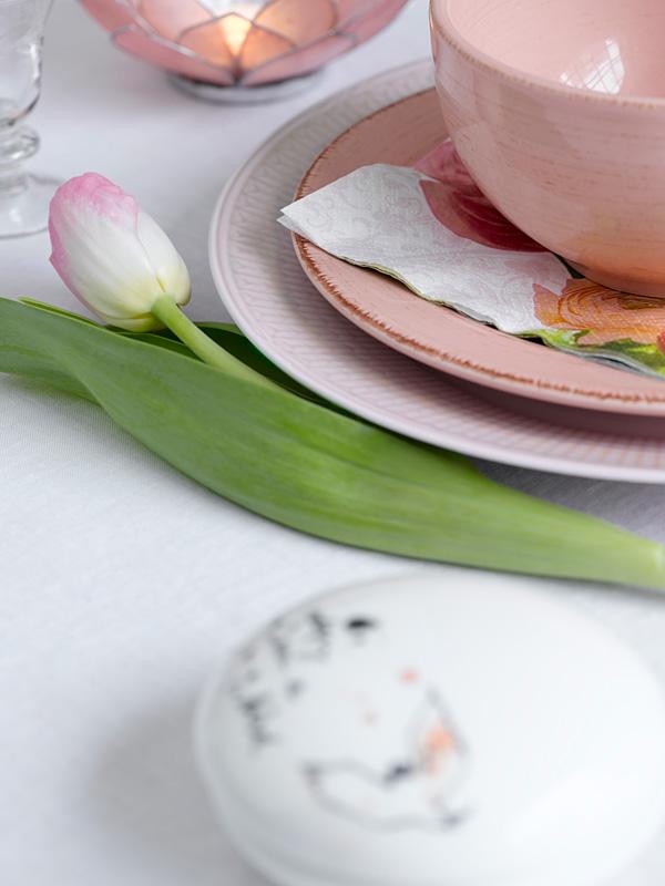 INTERIØRTIPS - BORDDEKKING: Dekk et feminint festbord til dåp, konfirmasjon og jentefest