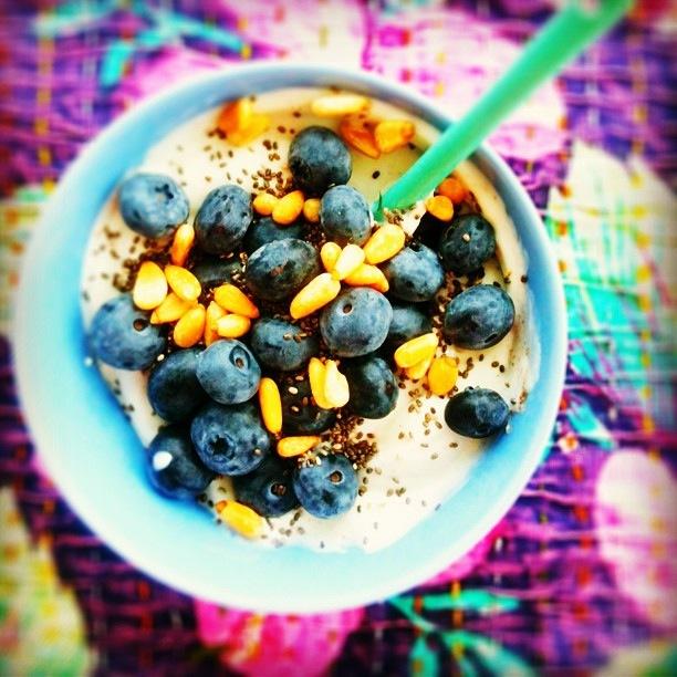 Idemagasinets frokost med blåbær, yoghurt og ristede pinjerkjerner
