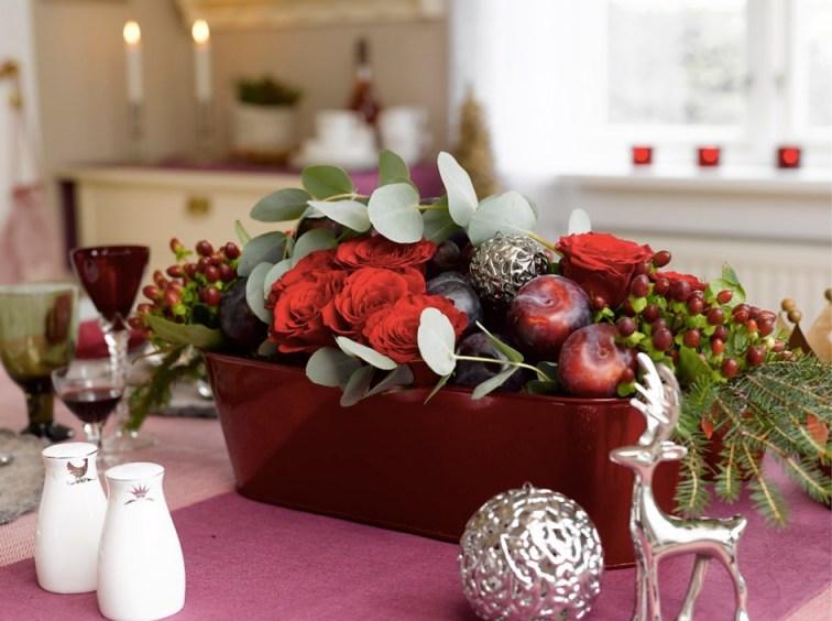 Blomsterdekorasjon på ingeniørfruens vinrøde festbord
