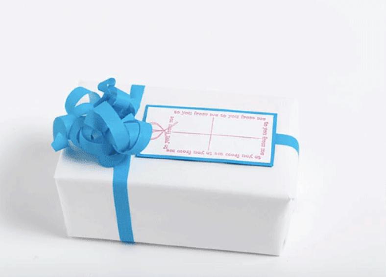 Ingeniørfruens enkle og fargerike gaveinnpakking i hvitt med blå pynt