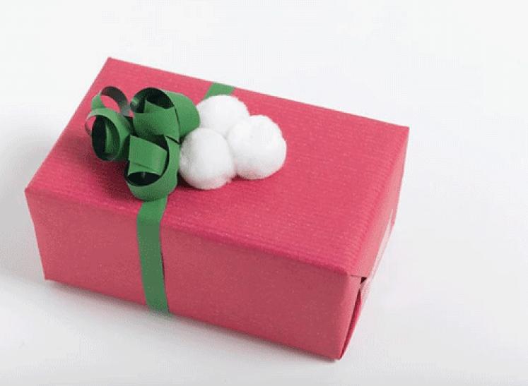 Ingeniørfruens enkle og fargerike gaveinnpakking i rosa med pomponger