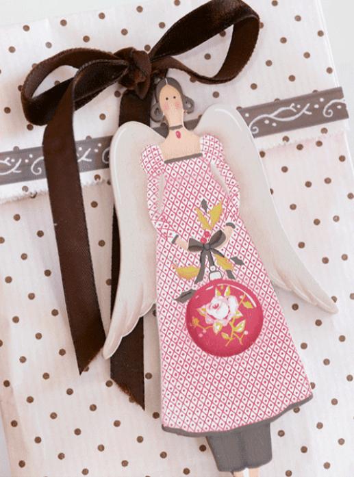 Ingeniørfruens julegave pakket i rosa og brunt, med engel som til og fra-lapp