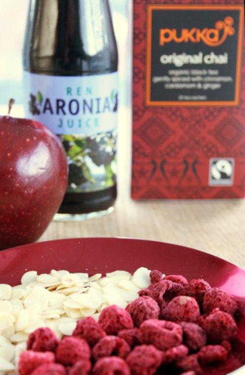 Ingredienser til rødvinsgløgg med krydderte og aroniajuice