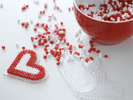 Hjerter i rødt og hvitt med Hama-perler