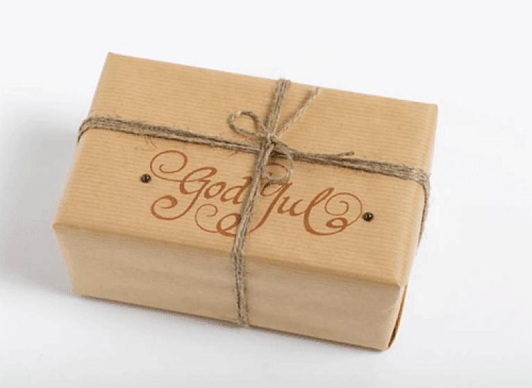 Ingeniørfruens julegave til kjæresten i gråpapir med stempeltrykk
