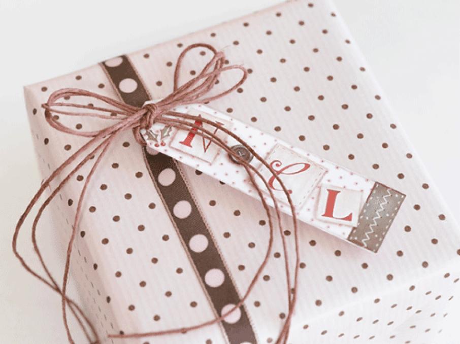Ingeniørfruens julegave i rosa og brunt prikket papir og med prikket bånd