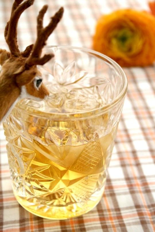 Ingeniørfruen – Marianne de Bourg lager enkle drinker med kun to ingredienser. Her en cocktail; Scotch and Soda som består av whisky og Club Soda.