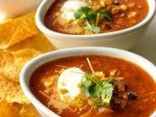 Oppskrift-på-sterk-tomatsuppe-med-sorte-bønner-og-smak-av-chili