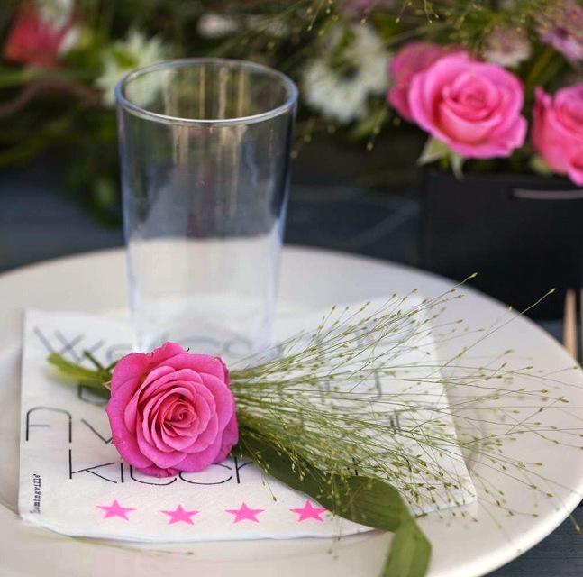 BORDDEKKING-Sommerbord-med-blomsterdekorasjoner